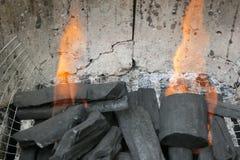 Charbon de bois brûlant dans un site de BBQ Images libres de droits