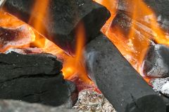 Charbon de bois brûlant dans un site de BBQ Photographie stock