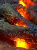 Charbon de bois brûlant en plan rapproché de BBQ, avec l'espace pour le texte ou l'image Photo libre de droits