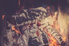 Charbon de bois brûlant sur le gril de charbon de bois/flamme des charbons brûlants photographie stock libre de droits