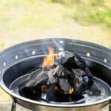 Charbon de bois brûlant images libres de droits