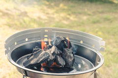 Charbon de bois brûlant photographie stock