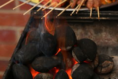Charbon de bois brûlant Photo stock