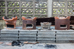 Charbon de bois brûlant dans le vieux fourneau, tradition de la Thaïlande Image stock