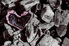 Charbon de bois, coeur brûlant en cendre, et amour brûlant Photo stock