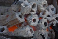 Charbon de bois flamboyant dans le gril Pit Isolated On Black Background de BBQ Photographie stock libre de droits