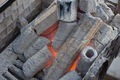Charbon de bois flamboyant dans le gril Pit Isolated On Black Background de BBQ Photo libre de droits