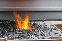 Charbon et le feu de la forge d'un forgeron Photographie stock libre de droits