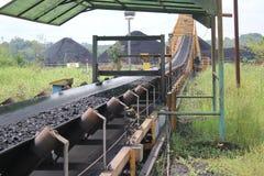 charbonnage de processus de chargement de broyeur au convoyeur de jetée Photographie stock libre de droits