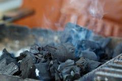 Charbons brûlant prêts pour le barbecue Photo stock