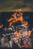 Charbons brûlants sur le grilll/charbon de bois brûlant sur le gril de charbon de bois sur l'extérieur photographie stock