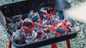 Charbons brûlant dans le brasero pour le barbecue Lueur de soufflement Préparation pour faire cuire la viande banque de vidéos