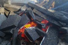 Charbons brûlants en gros plan pour la cuisson et un fond Photos stock
