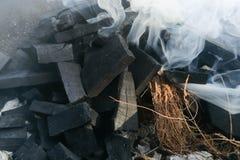 Charbons brûlants en gros plan pour la cuisson et un fond Images libres de droits