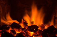 Charbons chauds dans le feu photo stock