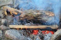 Charbons chauds dans une cheminée extérieure Photos stock