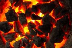 Charbons d'un rouge ardent image stock