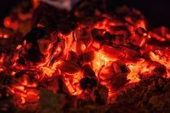 Charbons d'un rouge ardent Photos libres de droits