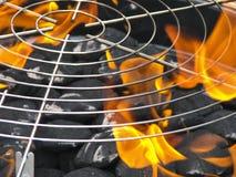 Charbons de bois avec l'incendie pour le BBQ Photo libre de droits