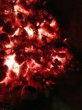 Charbons de combustion lente dans le four images stock