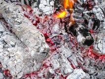 Charbons de combustion lente dans le gril Le feu brûlant après un chiche-kebab images stock