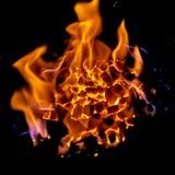 Charbons de forgerons brûlant pour le travail de fer, janvier 2019 photo stock