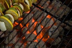 Charbons de gril de charbon de bois et brochettes végétales Photographie stock
