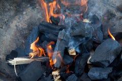 Charbons en bois brûlants pour le gril photos libres de droits