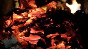 Charbons en gros plan Les braises couvent Images stock