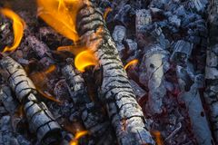 Charbons rouges et cendre grise Flammes d'incendie image stock