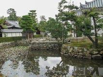 Charca cerca de casas del estilo japonés Configuración japonesa El edificio está en estilo japonés foto de archivo