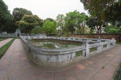 Charca de agua santa antigua en el segundo patio del templo de la literatura imagenes de archivo