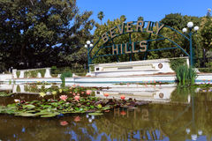 Charca de Beverly Hills Sign y del lirio Imágenes de archivo libres de regalías