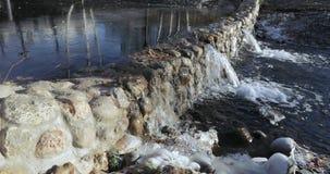 Charca de la cascada en el parque almacen de metraje de vídeo