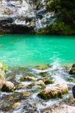 Charca de la montaña con agua hermosa fotografía de archivo libre de regalías
