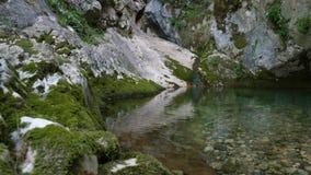 Charca de la montaña entre piedras almacen de metraje de vídeo