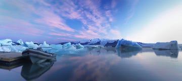 Charca del glaciar con los barcos de goma Foto de archivo libre de regalías