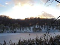 Charca del invierno en la puesta del sol puesta del sol en la charca del invierno fotografía de archivo