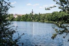 Charca del rybnik de Bransky con la ciudad de Zdar nad Sazavou en el fondo en República Checa Foto de archivo