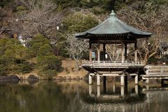 Charca del ` s del templo de Naritasan Shinshoji foto de archivo