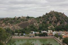 Charca del templo de Pushkarini abajo en la colina de Chandragiri, Shravanabelagola Fotografía de archivo