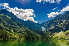Charca famosa en las montañas en la salida del sol en Polonia Foto de archivo