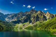 Charca grande famosa en las montañas en la salida del sol, Polonia de Tatra Foto de archivo libre de regalías