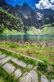 Charca hermosa en el medio de las montañas en el amanecer Foto de archivo libre de regalías