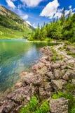 Charca hermosa en las montañas de Tatra en la salida del sol Fotografía de archivo