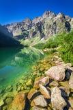 Charca imponente en las montañas en verano, Polonia Fotos de archivo