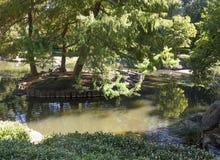 Charca japonesa del jardín usada por las familias fotografía de archivo