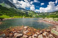 Charca maravillosa en el medio de las montañas Imagenes de archivo