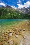 Charca maravillosa en el medio de las montañas en el verano Imagen de archivo libre de regalías