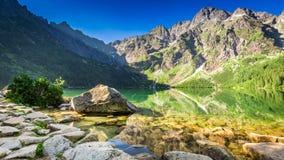 Charca maravillosa en las montañas en la salida del sol en Polonia Foto de archivo